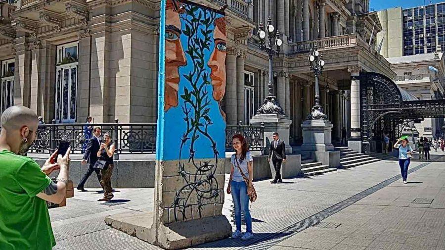 Pablo Temes interviniendo un bloque del Muro de Berlín en el Teatro Colón