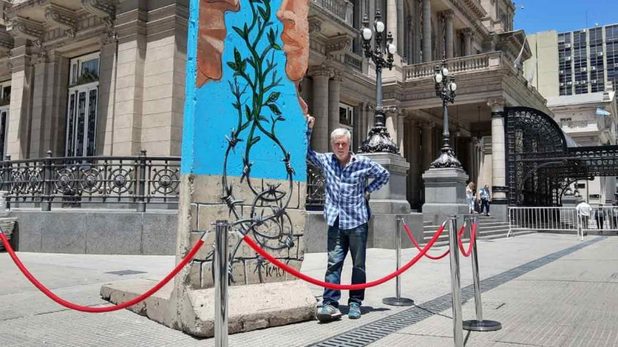 Pablo Temes junto al bloque del Muro de Berlín intervenido en el Teatro Colón