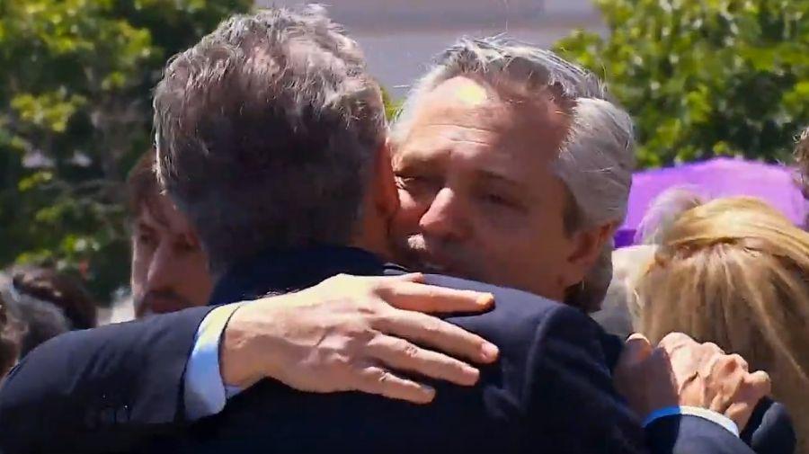 Desearse la paz: Macri y Alberto Fernández se abrazan en la misa en Luján