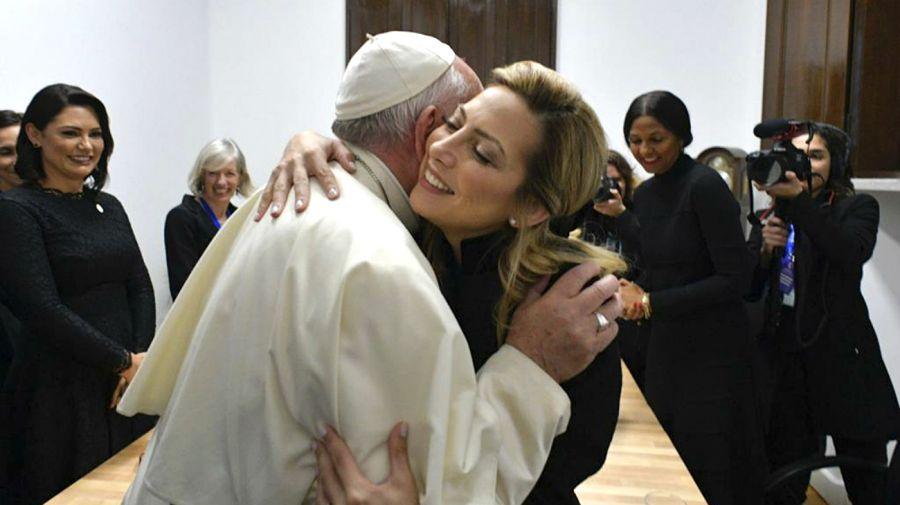 Fabiola junto al Papa Francisco.
