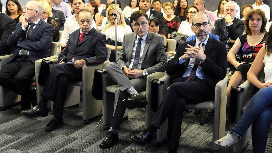Autoridades de Editorial Perfil y profesores de la Escuela junto a los familiares de los alumnos