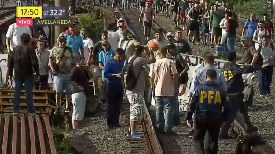 Los grupos de autoconvocados caminaron por las vías rumbo a Avellaneda, obligando a cortar el servicio del Roca.