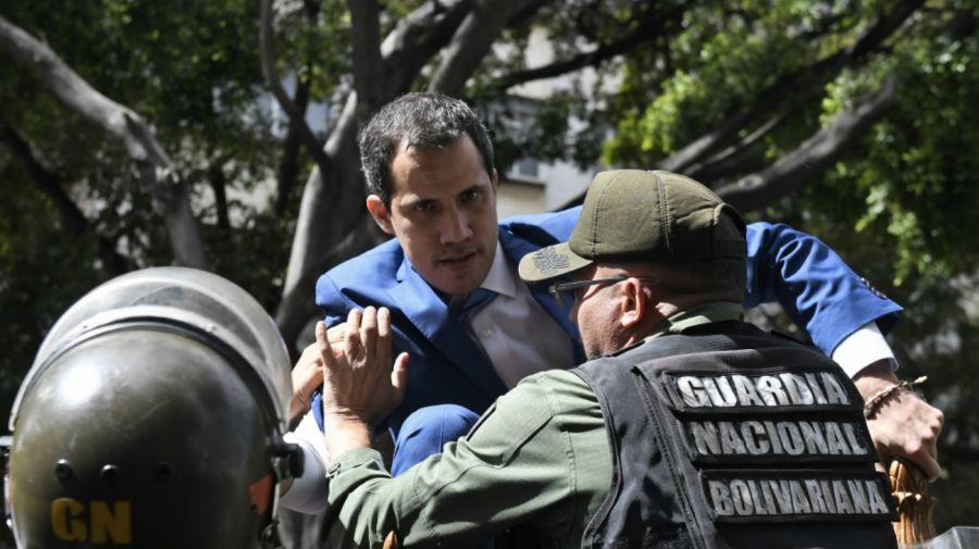 Guaidó, trepando a la reja de la Asamblea Nacional.