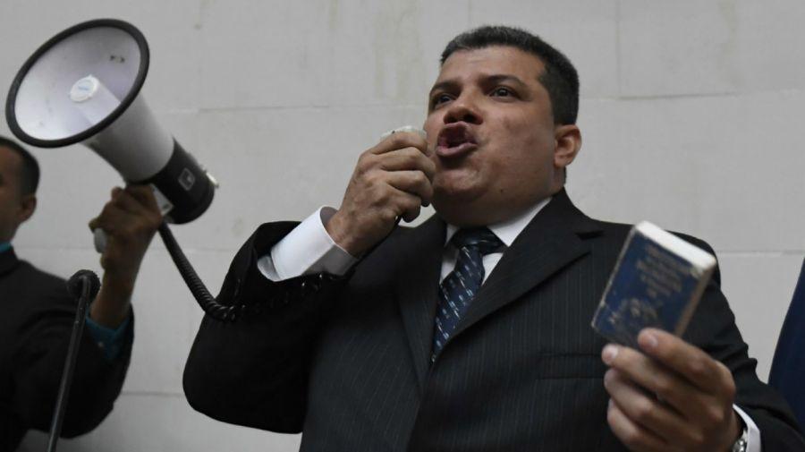 Luis Parra se proclama presidente de la Asamblea con un megáfono