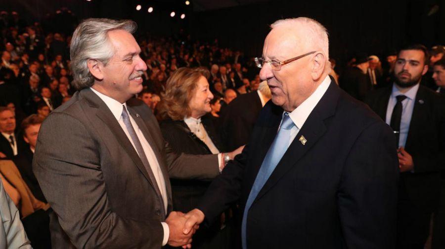 Presidente Alberto Fernandez saludando al Presidente israelí Reuven Rivlin.