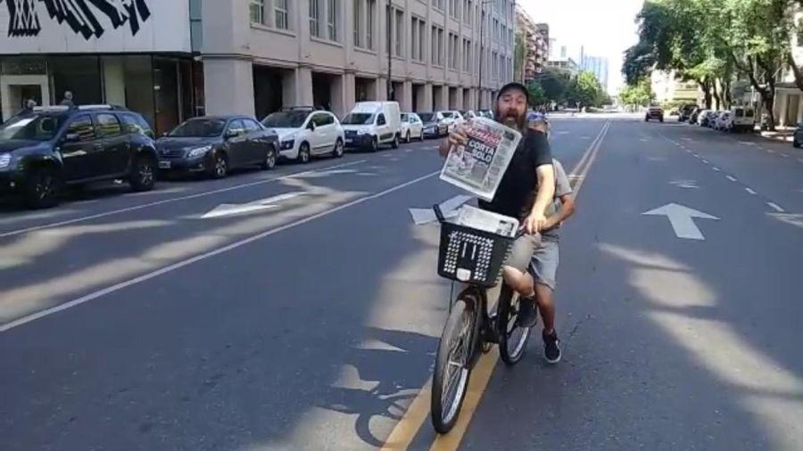 El canillita de Alberto en bicicleta