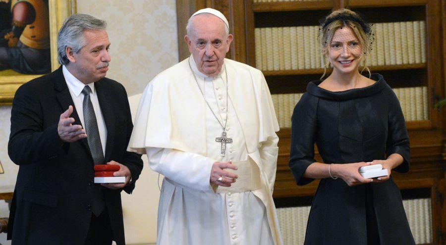 "Francisco le pidió a Fernández y a Fabiola Yáñez que ""sean mensajeros de la paz"". Foto: Télam."