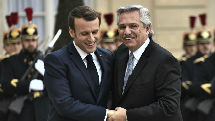 Alberto Fernández fue recibido por Emmanuel Macron, su par francés.