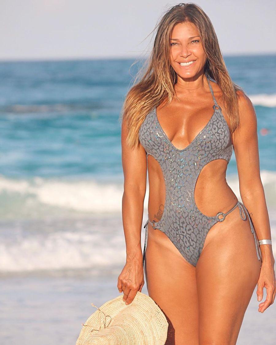 Catherine Fulop en la playa