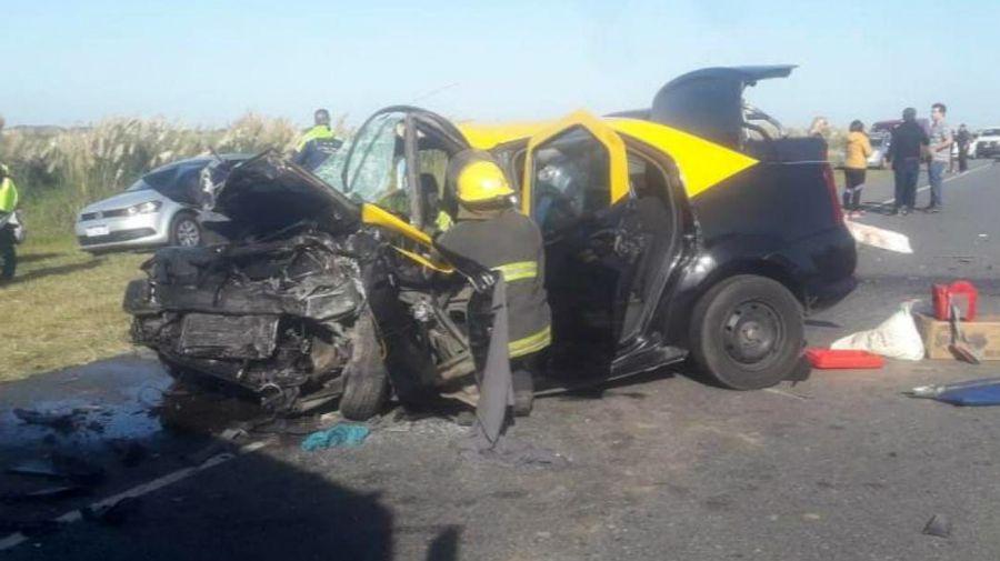 El taxi en el choque de la ruta 11, completamente destruido.