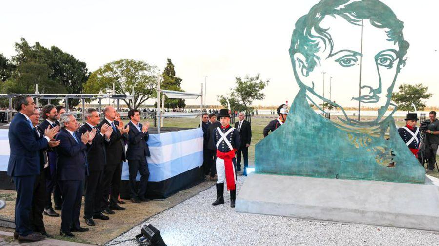 El Presidente, al inaugurar la escultura al General Belgrano hecha en los talleres de Tandanor.