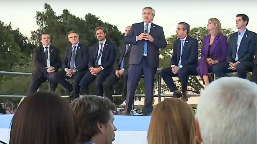 El presidente Alberto Fernández, hablando en el acto de Rosario, a la vera del río Paraná.