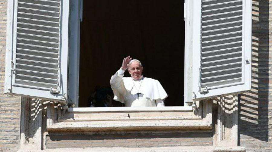 Luego de su homilia vía streaming, el Papa saludó desde el balcón en el Vaticano.