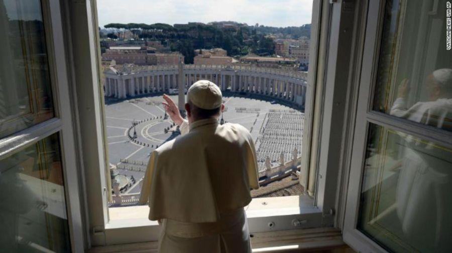 Papa Francisco y la plaza de San Pedro vacia por la cuarentena.