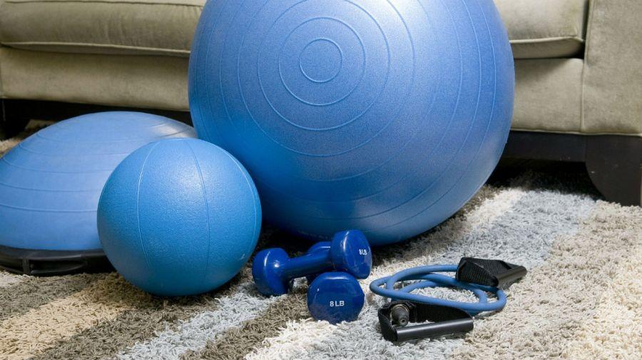 En casa se pueden emplear distintos elementos para mantenerse activo.