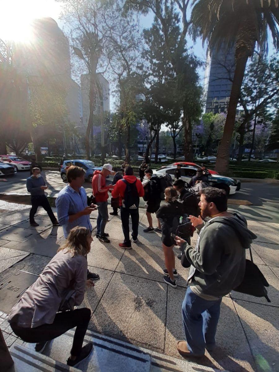 Cola frente al consulado de México