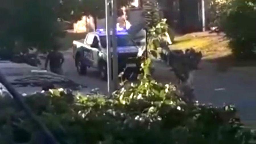 En un barrio de Ituzaingó, la policía fue a verificar la cuarentena y quedó bajo una lluvia de piedras, palos y botellas.