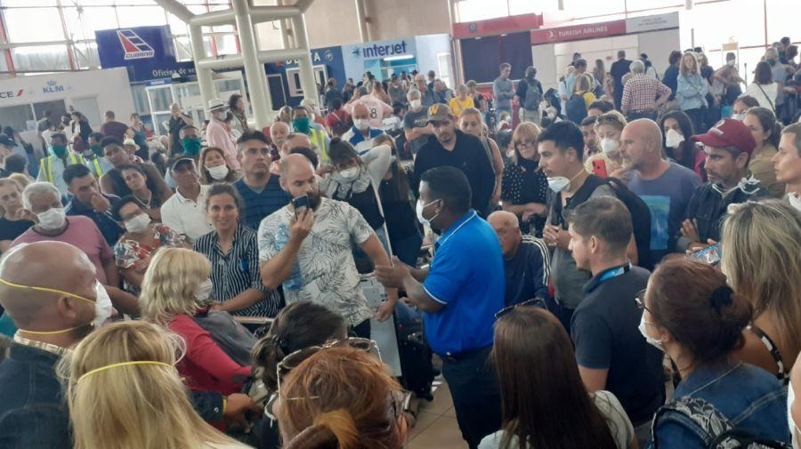 Cuba. Hay argentinos en el aeropuerto a la espera de un vuelo para volver a su casa.