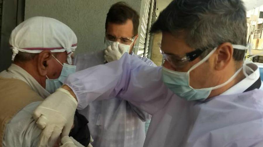 El doctor Daniel Psserini, viceintendente de Córdoba, salió a vacunar jubilados mientras hacían cola en los bancos.