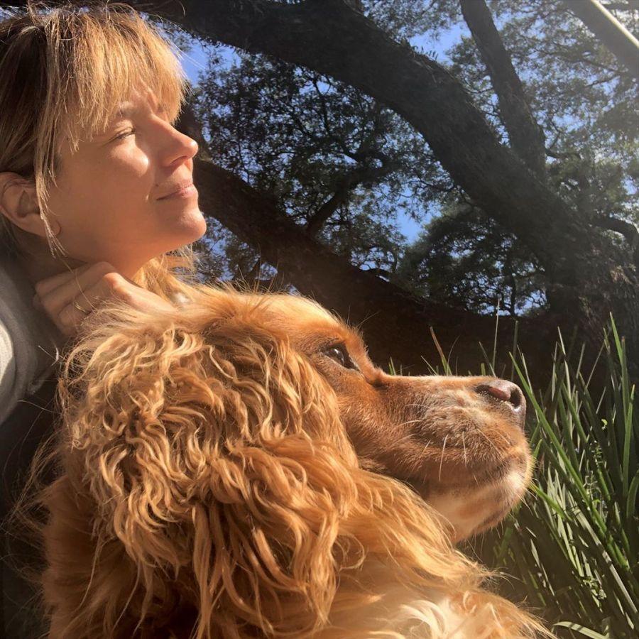 Marcela Kloosterboer y su perrita rescatada
