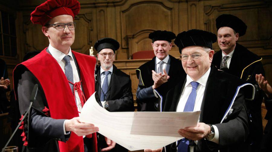 Martin Wolf recibió la Orden del Imperio Británico. Es doctor honoris causa, por la Universidad de Nottingham y doctor en Ciencias de la Economía por la Universidad de Londres.