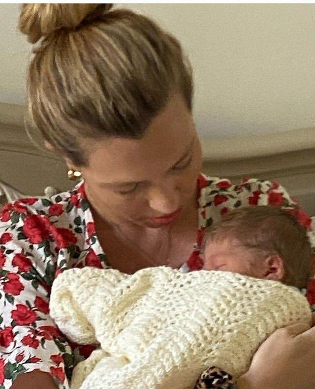 Carrie Symonds y su hijo recién nacido