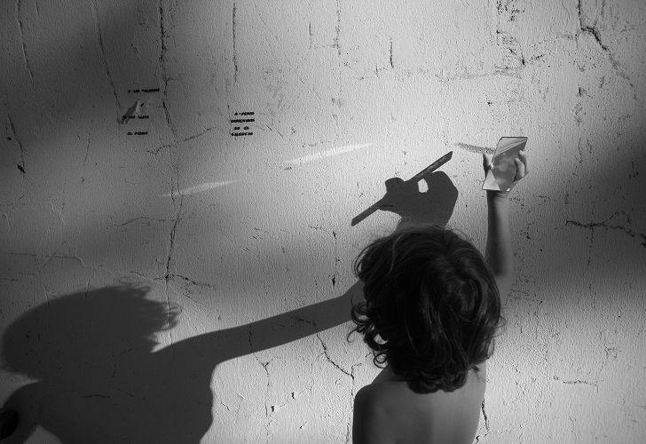 BACKSTAGES DE FOTOGRAFIA. Los hijos de Candelaria Magliano, Enzo y León, asisten a su madre en la puesta en escena de sus trabajos fotográficos.