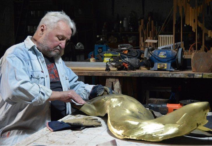 EN BRONCE. El artista José María Suhurt trabaja esculturas desde su casa-taller.