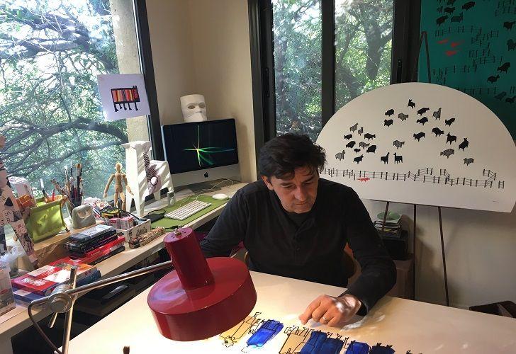 MULTITUD. Mariano Castañeda desarrolla esta serie en acrílico sobre mdf en su taller, en Mendiolaza.