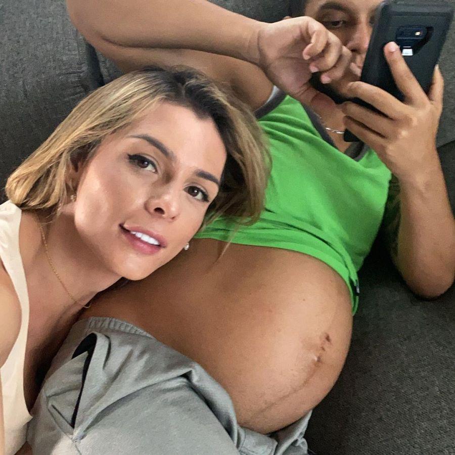 Una modelo trans será mamá de su marido embarazado