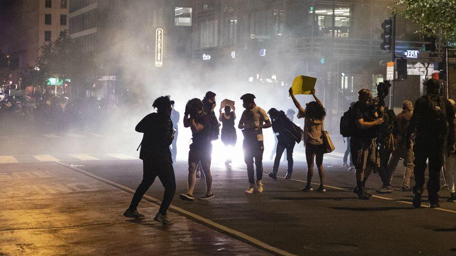 Estados Unidos hundido en el caos. Los manifestantes cercaron a Trump.