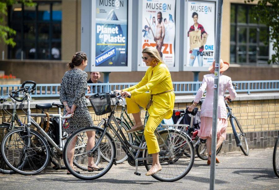 Máxima llegando una fanática de la bicicleta llega al The Hague Art Museum