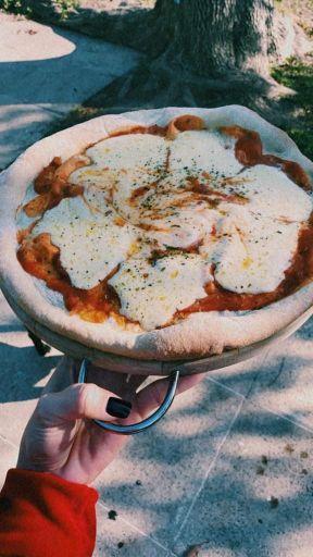 Rufina y Magnolia cocinando pizzas