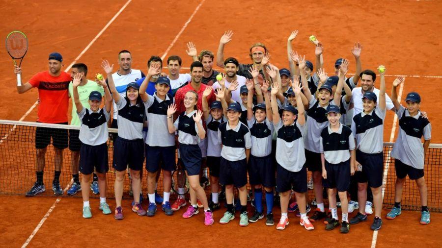 Abrazos, poca distancia y polémica en el torneo benéfico de Djokovic
