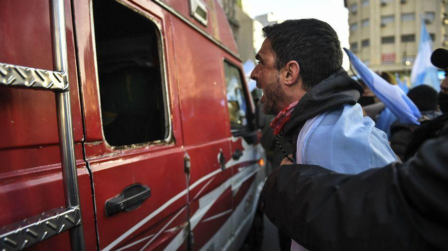 Una escena de la violenta situación vivida por el equipo periodístico enviado por el canal C5N en el Obelisco.