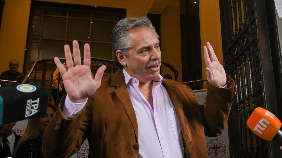 Archivo. 6 de junio de 2019. Alberto saludaba a los periodistas tras recibir el alta del Sanatorio Otamendi.