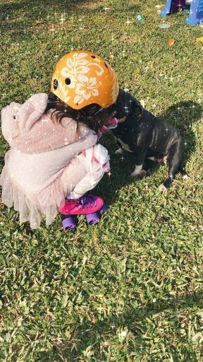 Rufina Cabré bañando a su perra Rosa