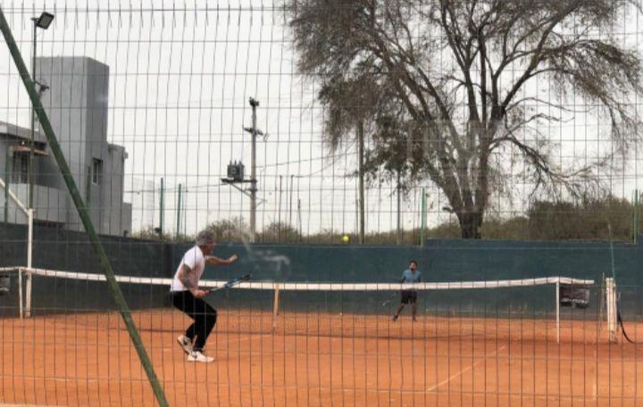 tito bessone jugando al tenis