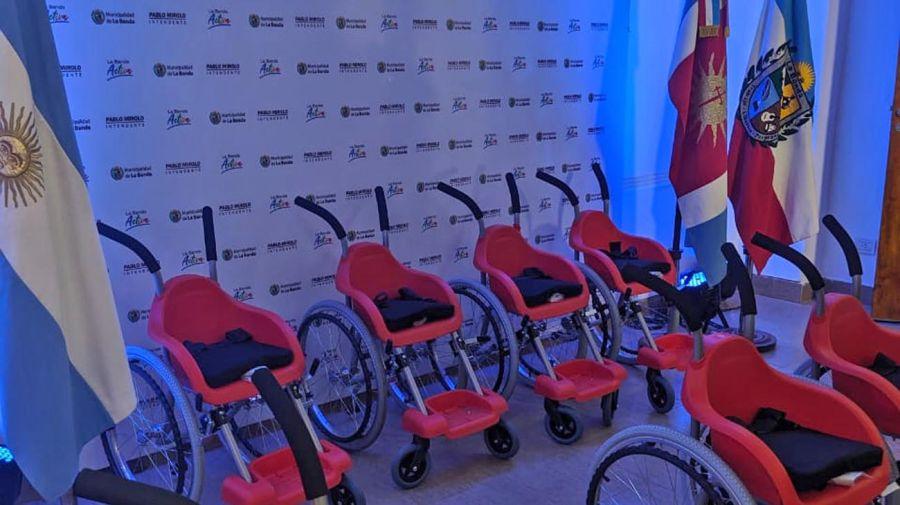Fabiola Yáñez con sillas de ruedas 20200727