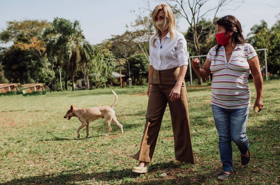 Fabiola Yañez junto a las mujeres rurales