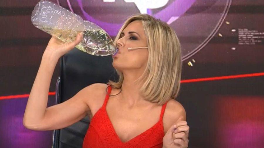 Viviana Canosa tomando dióxido de cloro