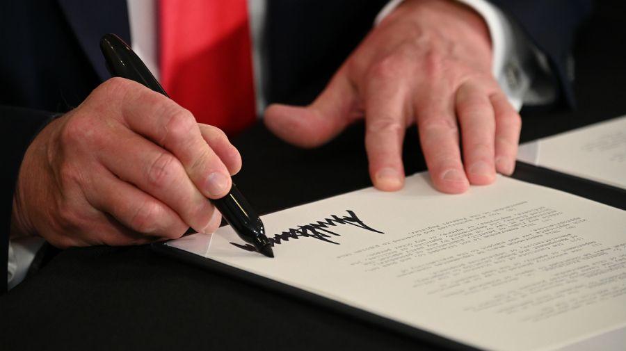 Trump firmó la ayuda económica por decreto.