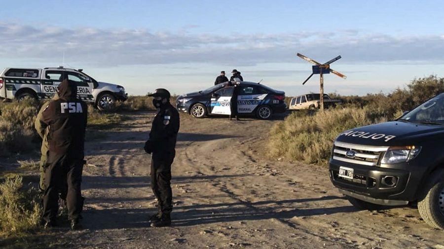 Policías cerca de la zona donde fue hallado un cuerpo que podría ser el de Facundo Astudillo Castro.