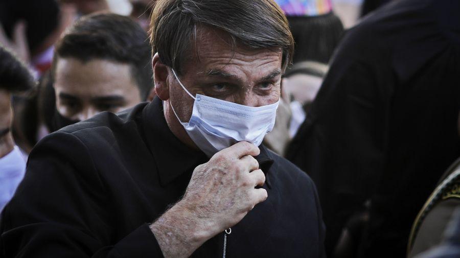 Bolsonaro amenaza a periodista durante su visita a la Catedral Metropolitana de Brasilia.