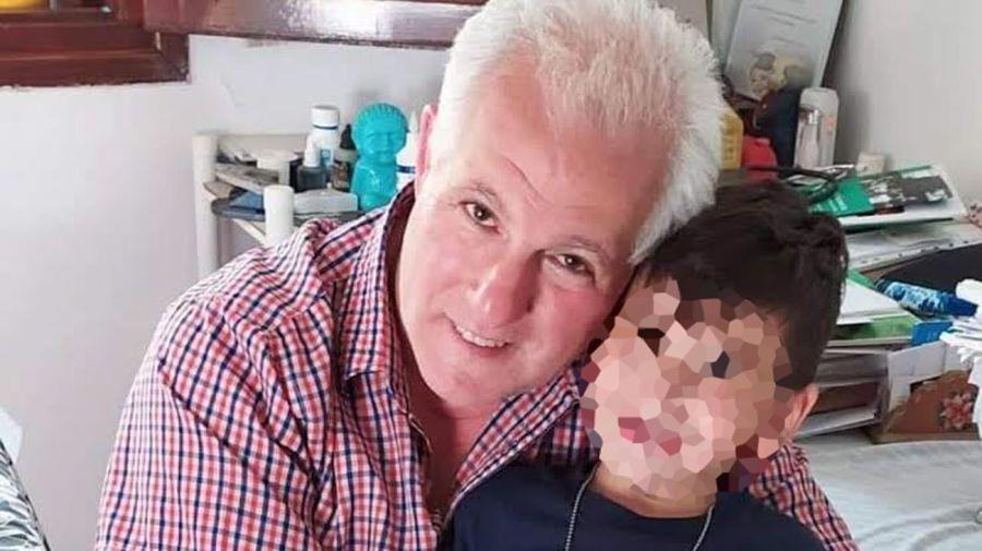 El Dr. Carlos Magdalena junto a Romeo, paciente con TEA.