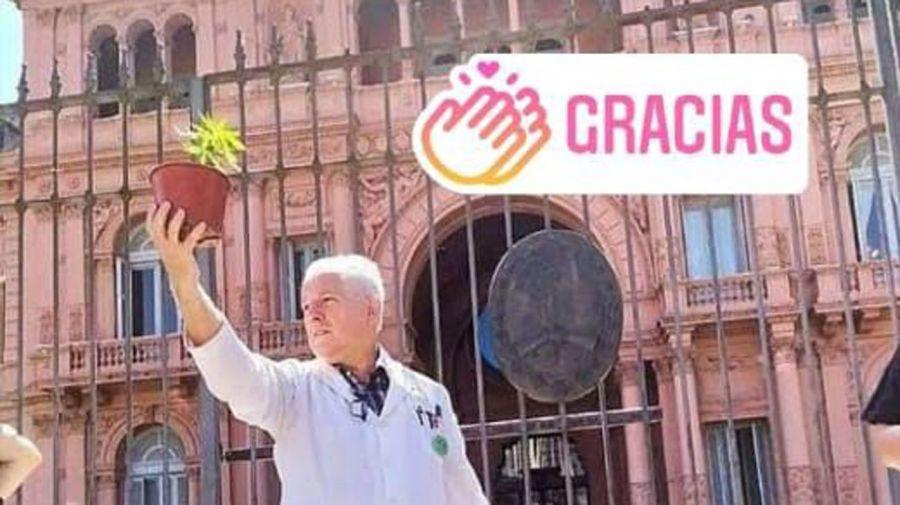 El Dr. Carlos Magdalena frente a la Casa Rosada.
