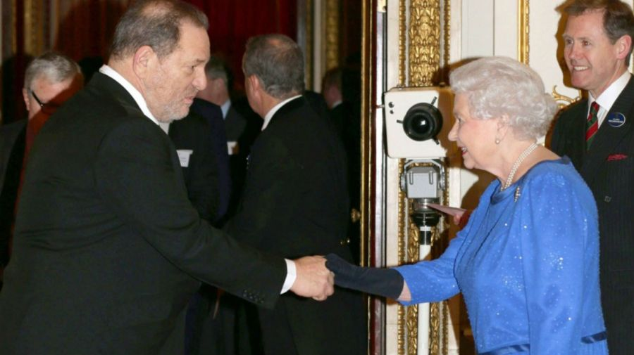 Harvey Weinstein y la Reina Isabel II