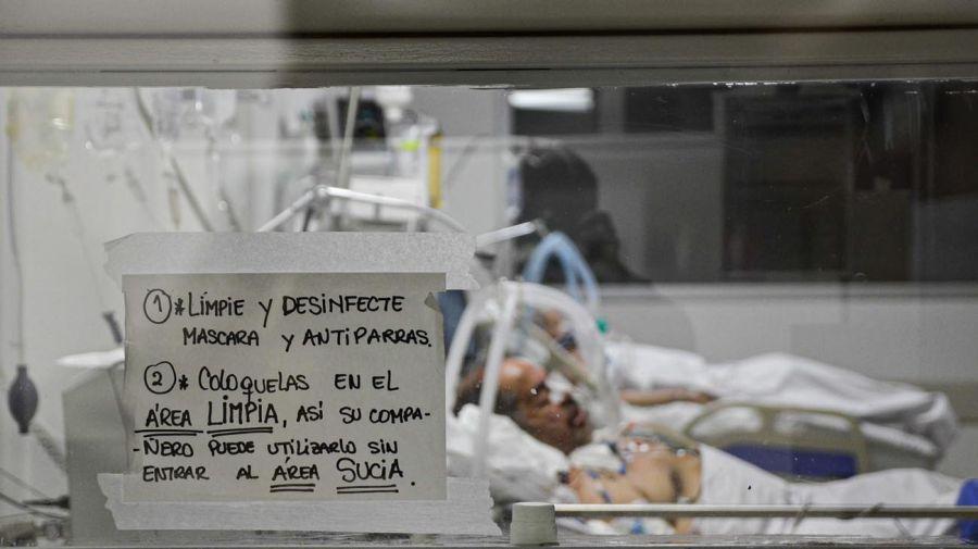 Sala UTI Covid-19 del Hospital Posadas / Los médicos se cuidan en grupo para no contagiarse.