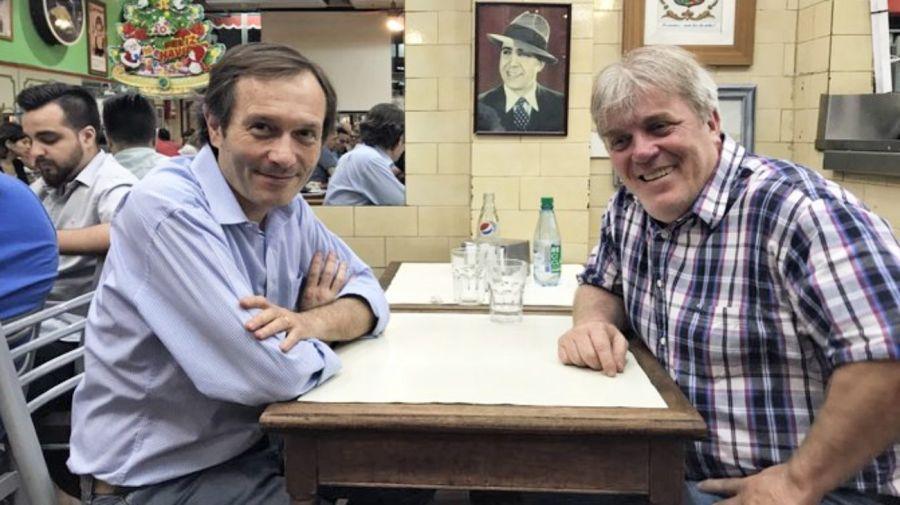 Gustavo Béliz y Vera en una pizzería porteña.