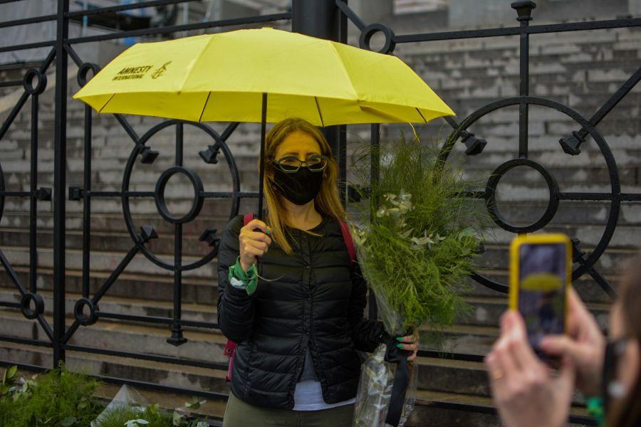 Mariela Belski, directora de Amnistía Internacional Argentina en la puerta del Congreso